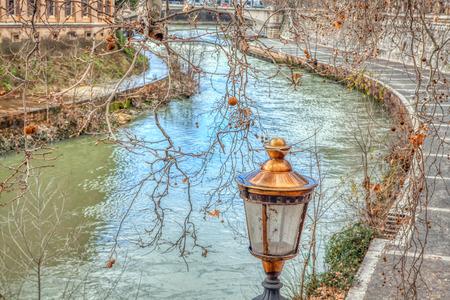 Paesaggio di Roma con fiume Tevere e lampione