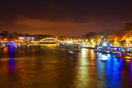Sekwana i most nocą w Paryżu