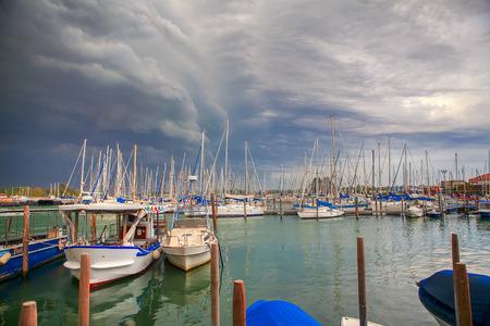 jachty w Wenecji, chmury nad portem
