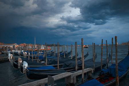 Puerto con góndolas en Venecia.