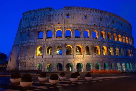 beleuchtetes Kolosseum am frühen Morgen