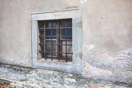 oud raam met roosters van oud gebouw Stockfoto