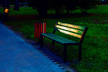 Empty bench in the evening park 스톡 콘텐츠