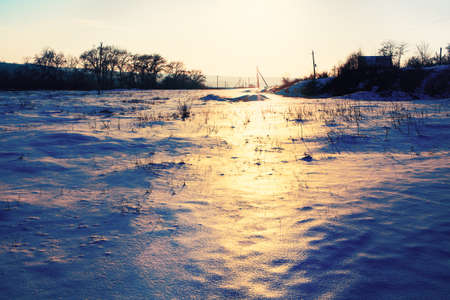 Sun reflection in the snow . Winter Sunset in the Village Stockfoto