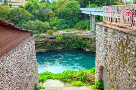 Neretva riverside and bridge in Mostar from Bosnia and Herzegovina Stockfoto