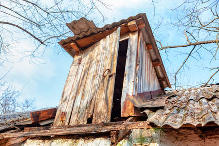 Old wooden attic exterior view . Roof details of collapsed house in village Banque d'images