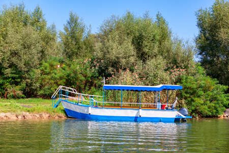 Jungle River Cruise Boat . Eco friendly water tour Imagens