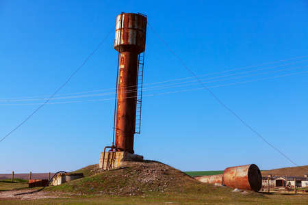 Rusty water tower . Old abandoned farm Imagens