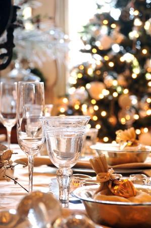 tavolo da pranzo: Tavolo da pranzo Natale decorato con bicchieri da vino e albero di Natale sfondo Archivio Fotografico