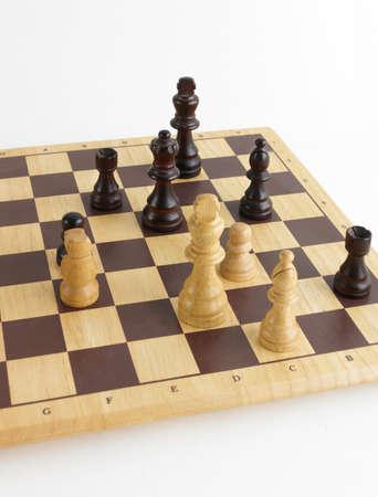 vari pezzi di un legno chess set dimostrando check mate il re bianco