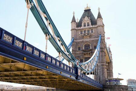 Tower Bridge en Londres con puente bajado y cielo azul Foto de archivo