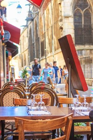 City landscape - view of the Parisian cafe on a hot summer day in the historical center of Paris, France 스톡 콘텐츠