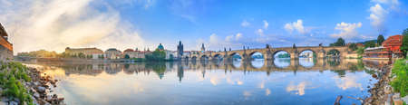 City summer landscape at sunrise - view of the Charles Bridge and the Vltava river in historical district of Prague, Czech Republic 免版税图像