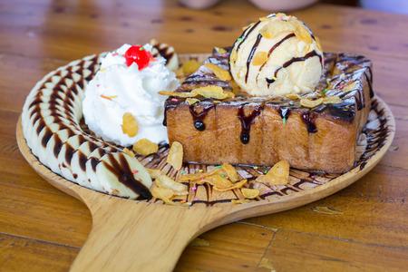 木製のテーブルに抽象的なデザート バナナ。他のぼやけ選択と集中。