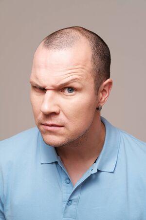 Retrato de estudio de un hombre adulto medio contra el fondo liso