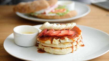 Delicious pancakes with strawberries, bananas and sauce. Cafe Breakfast Concept. close-up Zdjęcie Seryjne