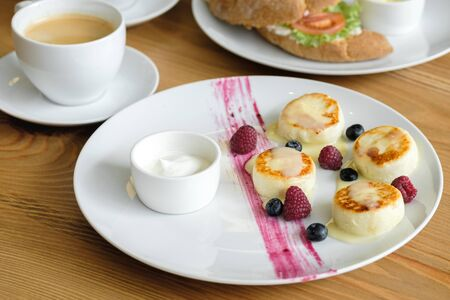 delicious Cottage cheese pancakes with raspberry and blueberry berry sauce. restaurant food concept. Zdjęcie Seryjne