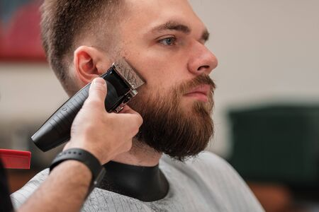 haircut beard typewriter. beard trimmer. Barber services. The man in the barbershop. Hipster Фото со стока - 134627981