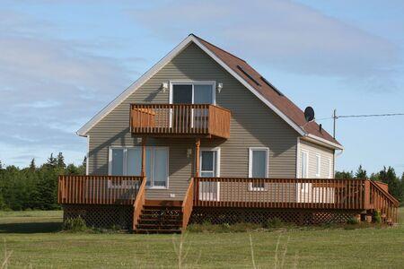 Een nieuwe cottage zit en wacht voor eigenaar Stockfoto