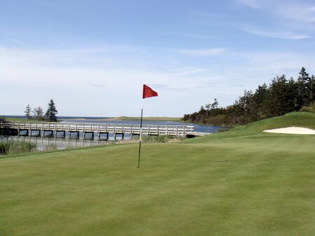 The red flag on the green of a golf course 版權商用圖片