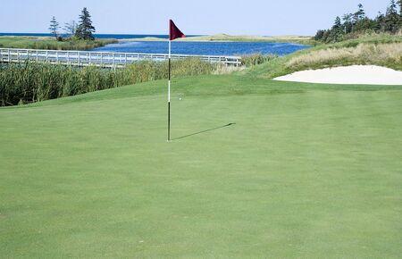 golf drapeau: Vert et le drapeau de golf Banque d'images