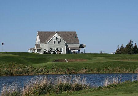 クラブハウスは、池を見下ろす 写真素材