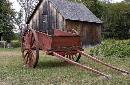carreta madera: Carro rojo de granja