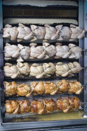 pollo rostizado: el pollo en la parrilla del asador