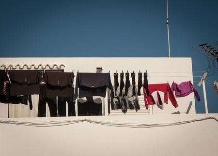kleding drogen bij een witte dorp Stockfoto