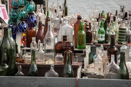 tr�delmarkt: Flaschen auf einem Flohmarkt Lizenzfreie Bilder