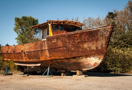 oxidado: oxidado barco de pesca