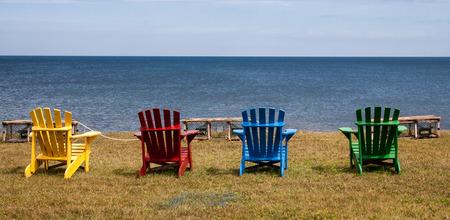 silla de madera: Adirondack sillas de colores Foto de archivo