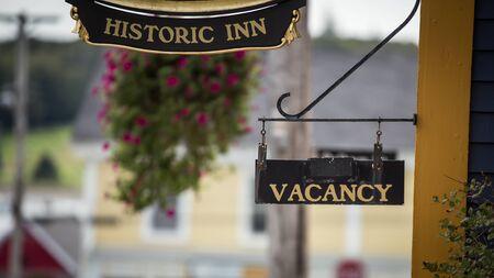 historic inn and  vacancy sign 免版税图像