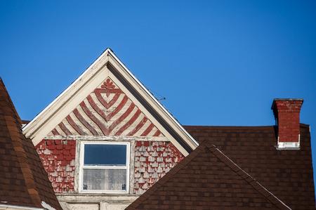 shingles: descoloridos tejas rojas de madera Foto de archivo