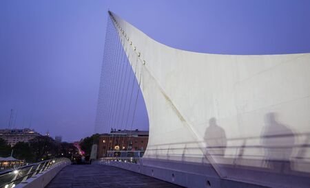 mujer: womens bridge in Buenos Aires at night