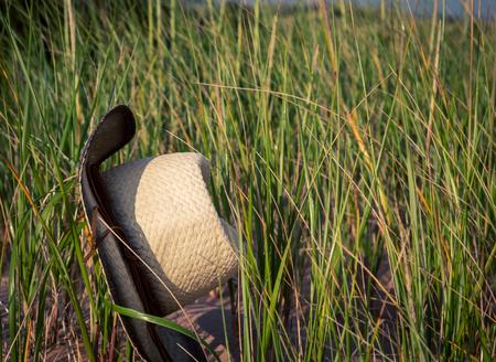 chapeau de paille: chapeau de paille sur la plage de l'herbe