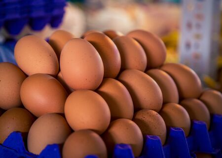 fresh brown eggs at a market Standard-Bild