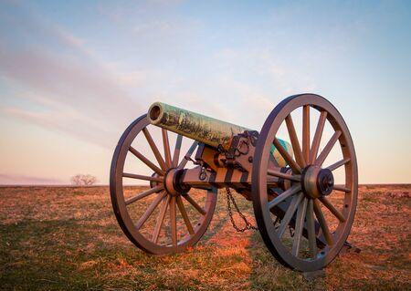 cannon at sunrise in Gettysburg Foto de archivo