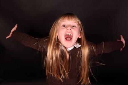 어린 소녀가 행복 기쁨으로 소리 쳤다. 스톡 콘텐츠