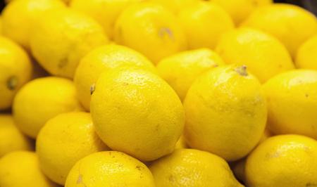 close-up van gele citroenen op een boerenmarkt