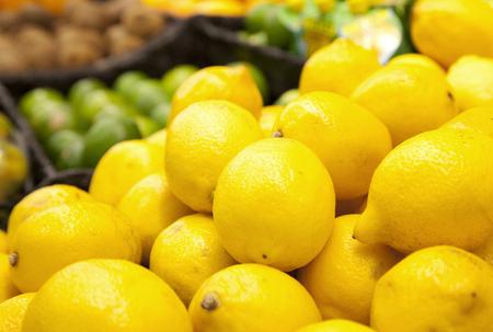 verse gele citroenen op een boerenmarkt
