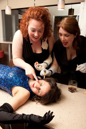 meisjes verkleedden zich in luxe verfketchup en frietjes op hun bewusteloze vriend