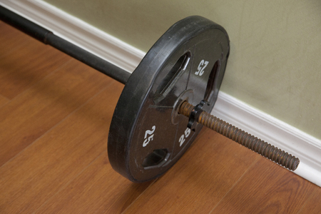 25 pound barbell on the hard wood floor 版權商用圖片