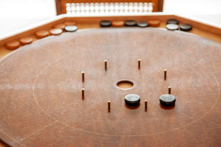 an empty centre waiting for a black or brown crokinole piece to be flicked in during a game Zdjęcie Seryjne