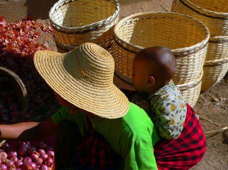 birma: Moeder & Toddler Shopping Myanmar (Birma)  Stockfoto