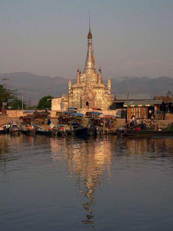 birma: Nyaungshwe Tempel. Sunset Inle Lake. Myanmar (Birma)