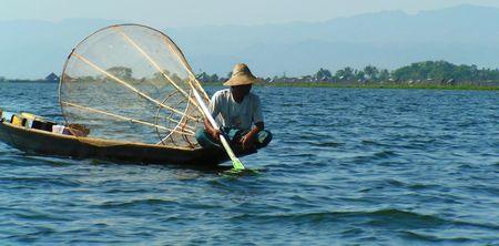 encrespado: Solo pescador lago Inle Myanmar (Birmania)