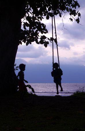 columpio: Kid & Swing amigo a costa de Borneo  Foto de archivo