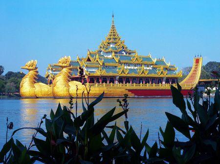 birma: Birma (Myanmar) Karaweik Palace, Royal Barge Replica, Yangon