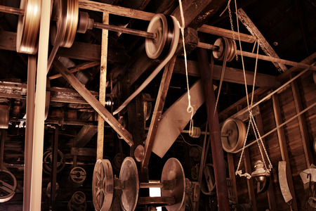 poleas: cuerdas, poleas y máquinas en una antigua fábrica